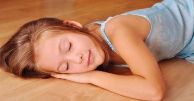 giam-nhiet-415646-sleeping-on-floor-1465785866-width700height400
