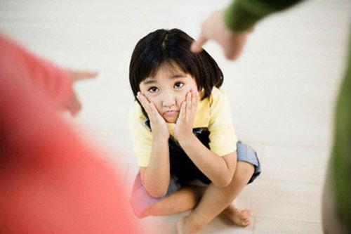 nhung-dieu-bo-me-khong-nen-lam-truoc-mat-con-532016-01